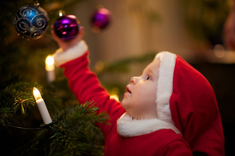 800px-Decorating_the_Christmas_tree
